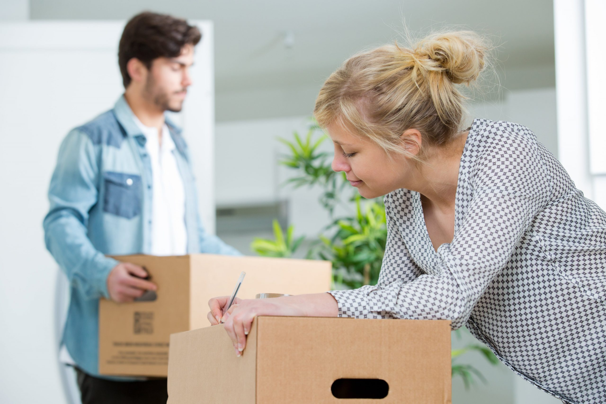 blog image of a couple packing boxes to move into a new apartment in Murfreesboro TN